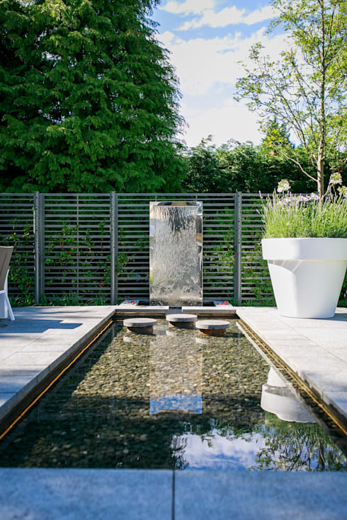 Pool and water wall: modern Garden by Barnes Walker Ltd