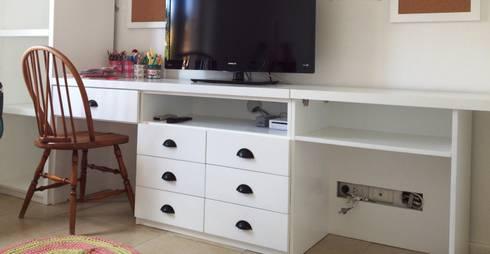escritorio niños: Dormitorios infantiles  de estilo  por BAIRES GREEN MUEBLES