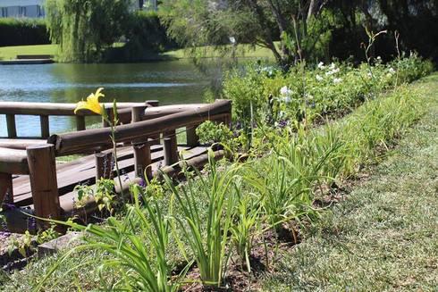 sobre el agua: Jardines de estilo clásico por BAIRES GREEN