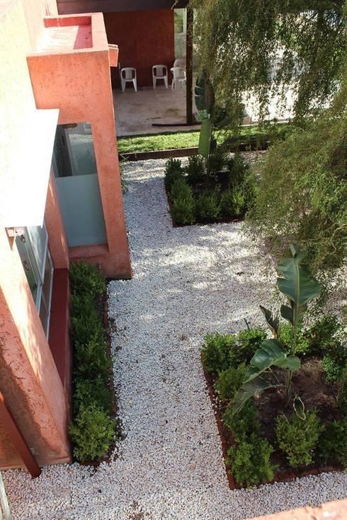 simetria: Jardines de estilo moderno por BAIRES GREEN