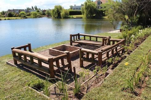 al agua: Jardines de estilo clásico por BAIRES GREEN