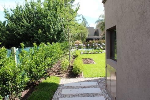 caminos entre verde: Jardines de estilo clásico por BAIRES GREEN