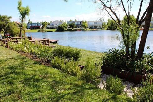 al lago: Jardines de estilo clásico por BAIRES GREEN