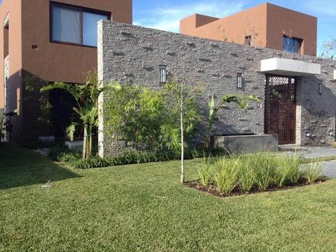 contraste de verde con paredes: Jardines de estilo asiático por BAIRES GREEN