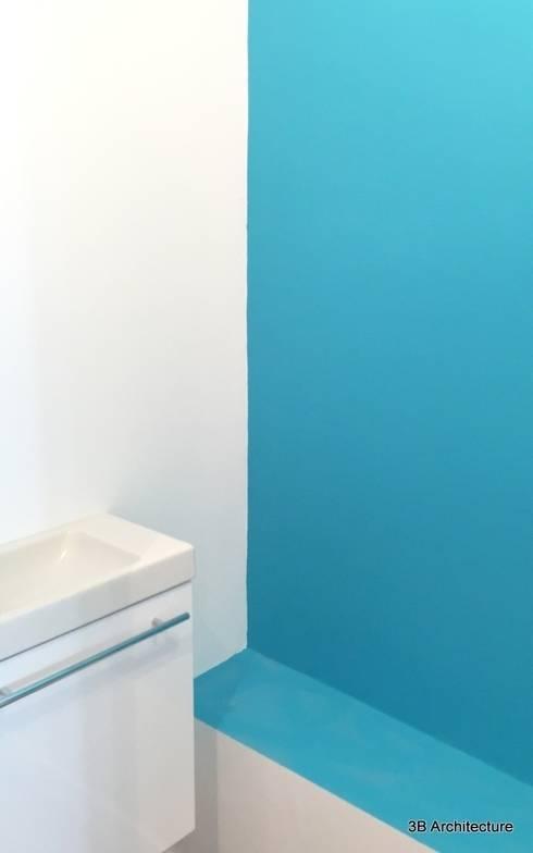 Chantier - Lignes simples et couleurs vives. Contactez-nous pour plus d'informations. www.3b-architecture.fr: Salle de bains de style  par 3B Architecture