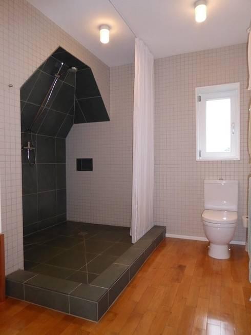 Dusche unter der Dachschräge: klassische Badezimmer von Schenning-Architekten