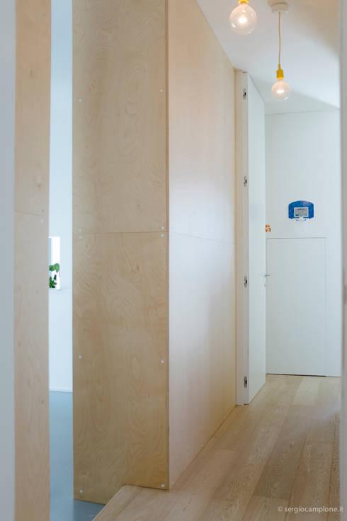 casa luana: Ingresso & Corridoio in stile  di Studio Zero85