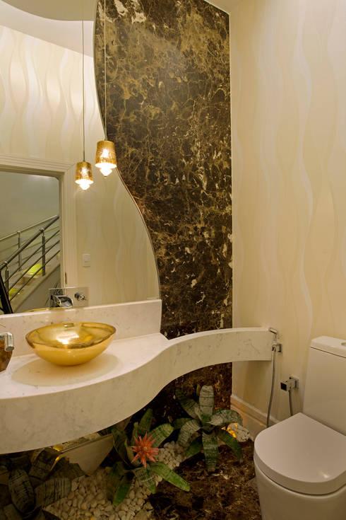 Casa Porto Seguro: Banheiros modernos por Arquiteto Aquiles Nícolas Kílaris