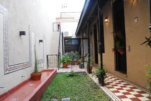 patio después  : Jardines de estilo ecléctico por Parrado Arquitectura