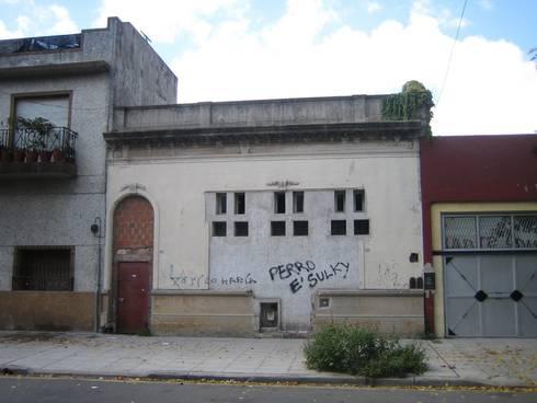 Fachada antes de la reforma: Casas de estilo ecléctico por Parrado Arquitectura