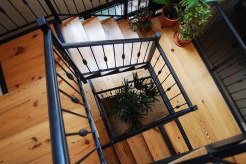 Escalera con materiales nobles y livianos: Pasillos y recibidores de estilo  por Parrado Arquitectura