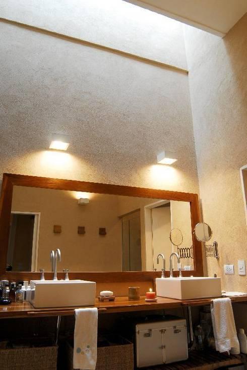 baño: Baños de estilo ecléctico por Parrado Arquitectura