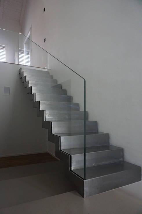 Прихожая, коридор и лестницы в . Автор – Plus Concept Studio