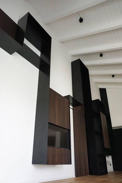 Parete attrezzata ferro e legno: Soggiorno in stile  di Plus Concept Studio