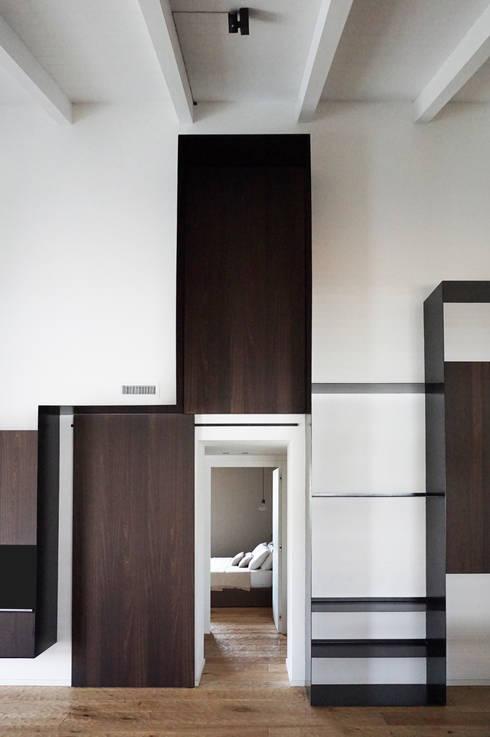Dettaglio porta scorrevole zona notte: aperta: Soggiorno in stile  di Plus Concept Studio