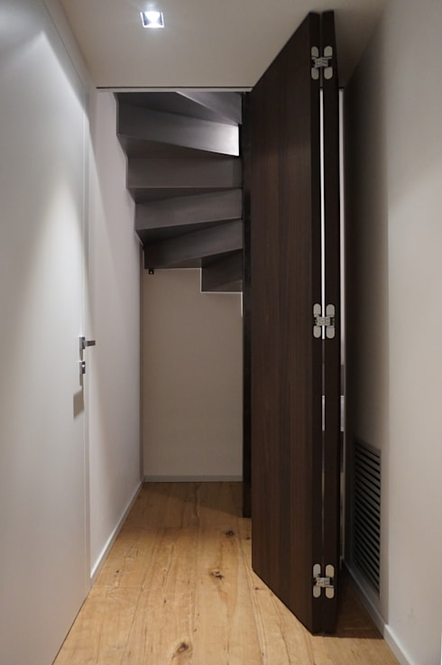 Scala mansarda, porta socchiusa: Finestre & Porte in stile in stile Moderno di Plus Concept Studio