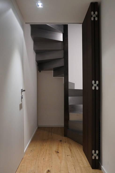 Scala mansarda, porta aperta: Ingresso, Corridoio & Scale in stile in stile Moderno di Plus Concept Studio