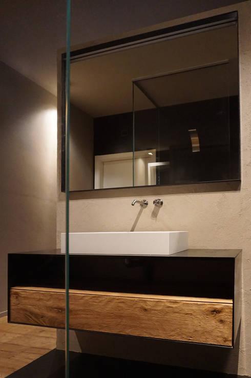Setto divisorio bagno: Bagno in stile  di Plus Concept Studio