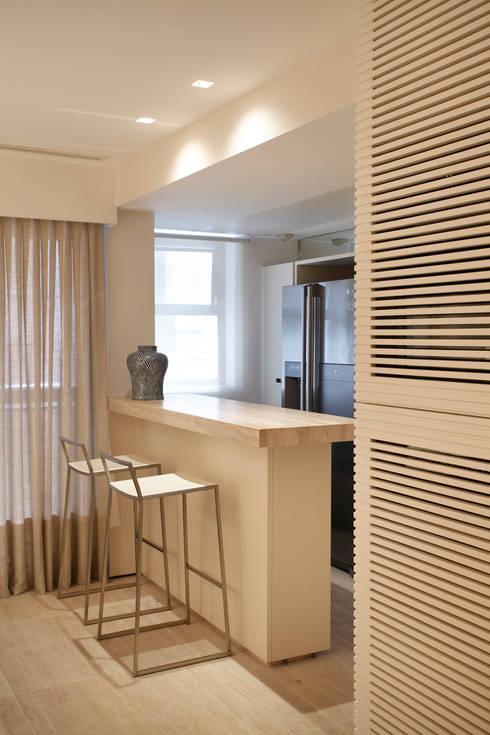 APARTAMENTO 510: Cozinhas minimalistas por Yamagata Arquitetura