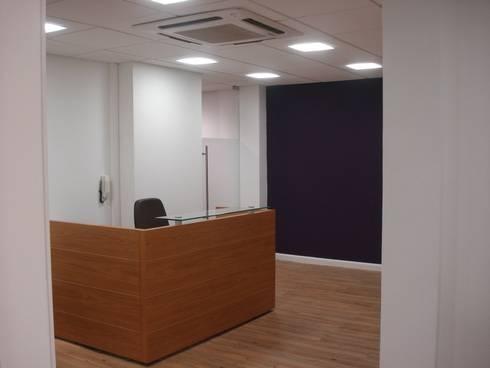 Recepção  - escritório construtora  no RJ: Espaços comerciais  por E|F DESIGN.INTERIORES.PAISAGISMO
