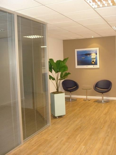 Hall interno - escritório construtora  no RJ: Espaços comerciais  por E|F DESIGN.INTERIORES.PAISAGISMO