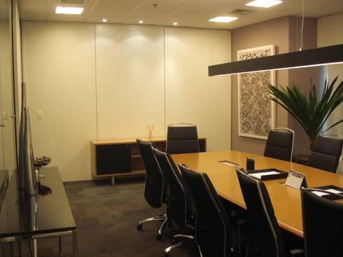 Sala Reunião - escritório SP: Espaços comerciais  por E|F DESIGN.INTERIORES.PAISAGISMO