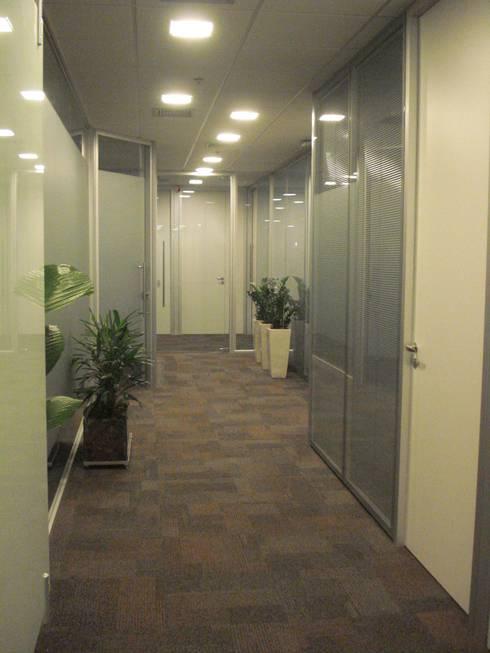 Hall escritorio corporativo - projeto e paisagismo: Espaços comerciais  por E|F DESIGN.INTERIORES.PAISAGISMO