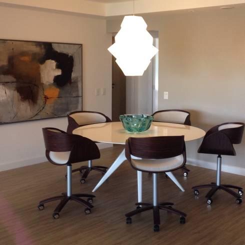 Residência Park Palace: Sala de jantar  por Flavia Lucas & Adriana Esteves  - Arquitetura
