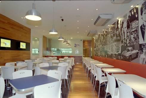 Hamburgueria Zacks - Centro: Espaços gastronômicos  por Flavia Lucas & Adriana Esteves  - Arquitetura
