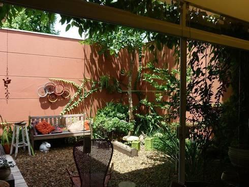 Produção -  Jardim externo: Jardim  por E|F DESIGN.INTERIORES.PAISAGISMO