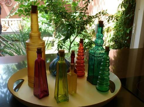 Produção - coleção de garrafas coloridas da proprietária: Cozinha  por E|F DESIGN.INTERIORES.PAISAGISMO