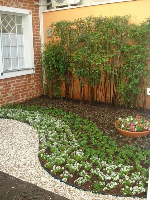 Jardim - entrada clínica: Jardins minimalistas por E|F DESIGN.INTERIORES.PAISAGISMO