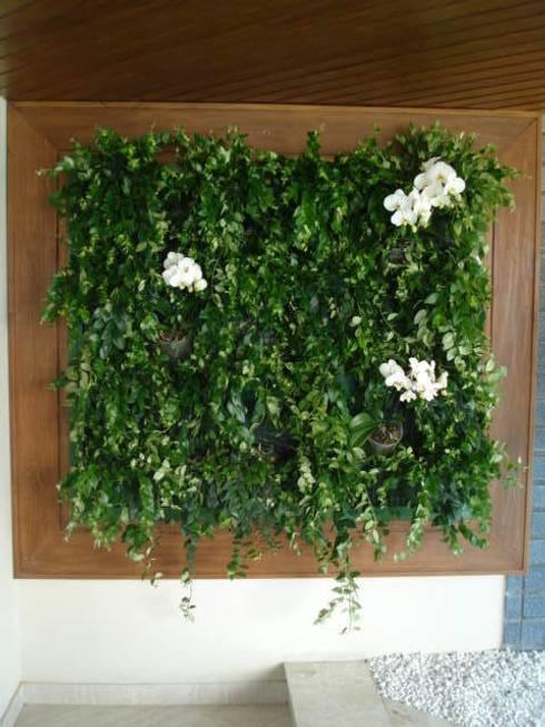 Painel Verde - varanda apartamento: Paisagismo de interior  por E|F DESIGN.INTERIORES.PAISAGISMO