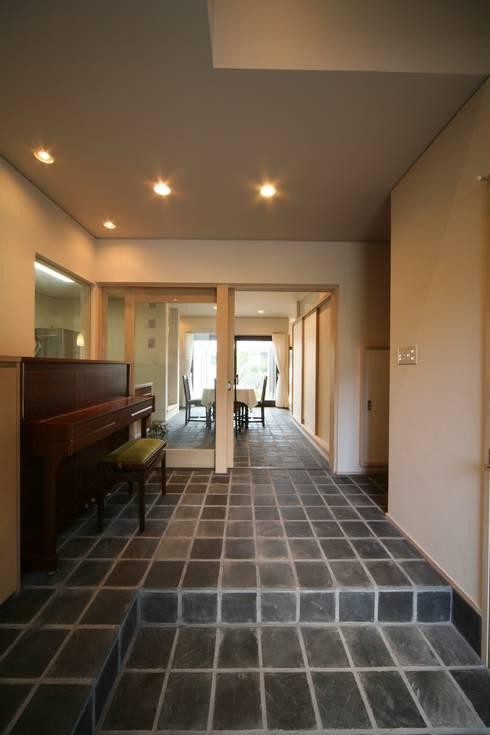 玄関ホール: MA設計室が手掛けた廊下 & 玄関です。