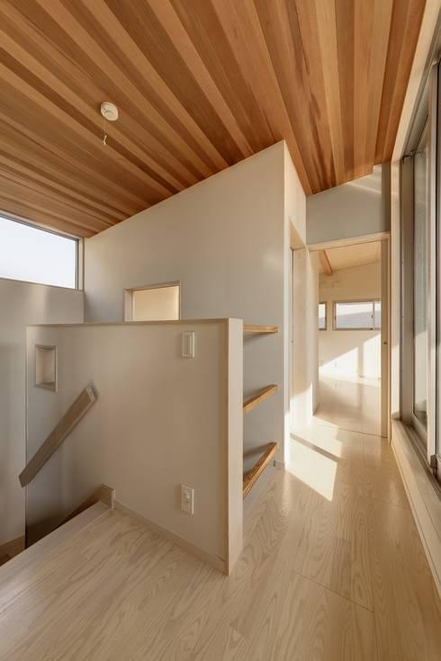 東松山の家: 株式会社FAR EAST [ファーイースト]が手掛けた廊下 & 玄関です。