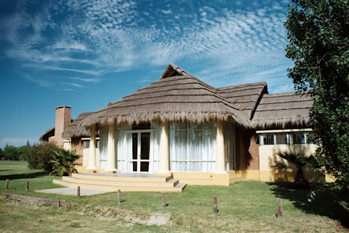 Solares de la Laguna – SALON DE EVENTOS: Salas de eventos de estilo  por D'ODORICO OFICINA DE ARQUITECTURA
