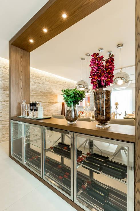 Bodegas de vino de estilo  por Chris Silveira & Arquitetos Associados