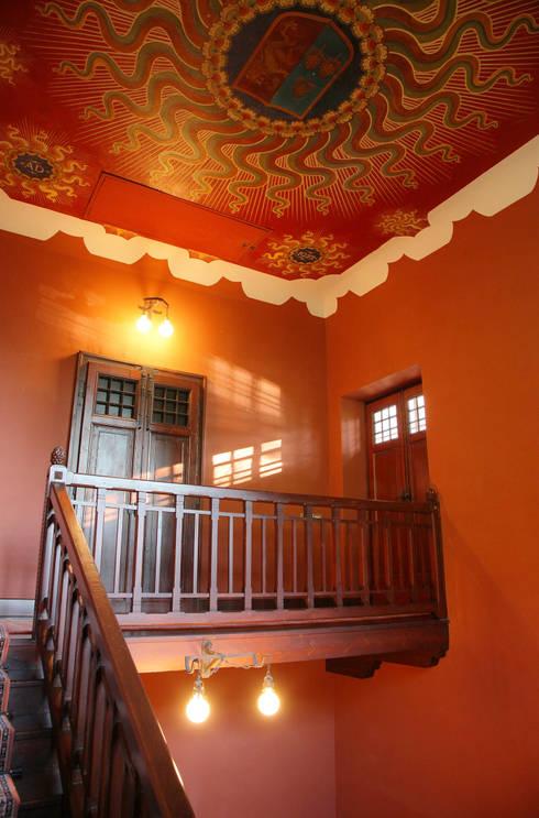 corpo scale e accesso al ballatoio: Ingresso & Corridoio in stile  di isabella maruti architetto