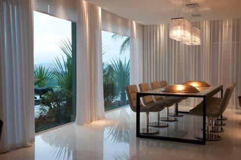Residência CN: Salas de jantar modernas por Gláucia Britto