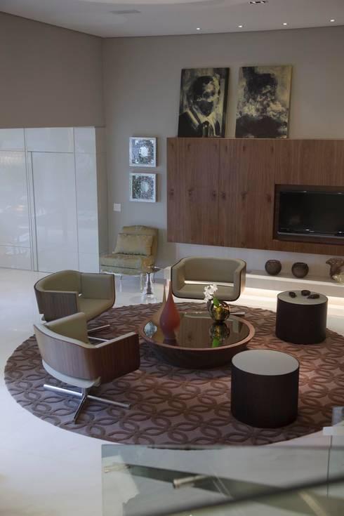Residência CN: Salas de estar modernas por Gláucia Britto