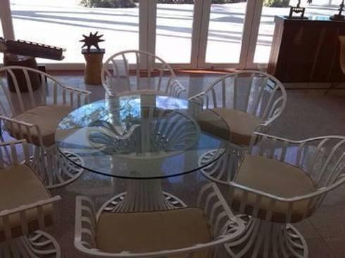Comedor Russel Woodard: Balcones y terrazas de estilo moderno por trouvé