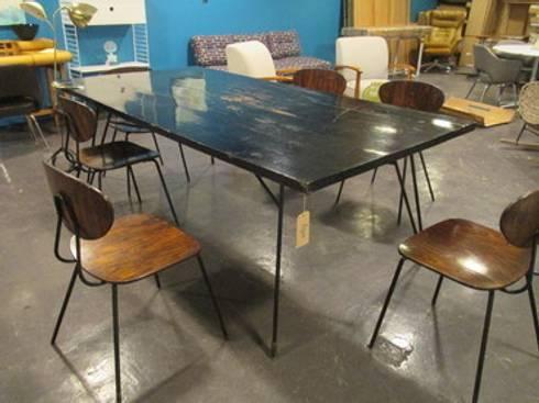 Mesa negra con base de acero negra: Comedor de estilo  por trouvé