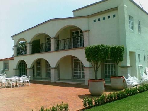 Casa de Huéspedes después de la remodelación:  de estilo  por ARQUELIGE