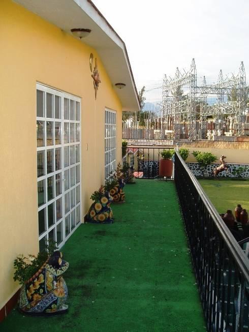 Pasillo de planta alta de Casa de huéspedes en su estado original:  de estilo  por ARQUELIGE