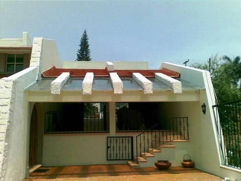 Terraza y garaje cubierto después de la remodelación:  de estilo  por ARQUELIGE