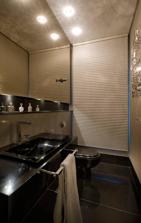 Residência AG: Banheiros modernos por Gláucia Britto