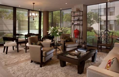 Sala principal : Salas de estilo ecléctico por UNUO Interiorismo