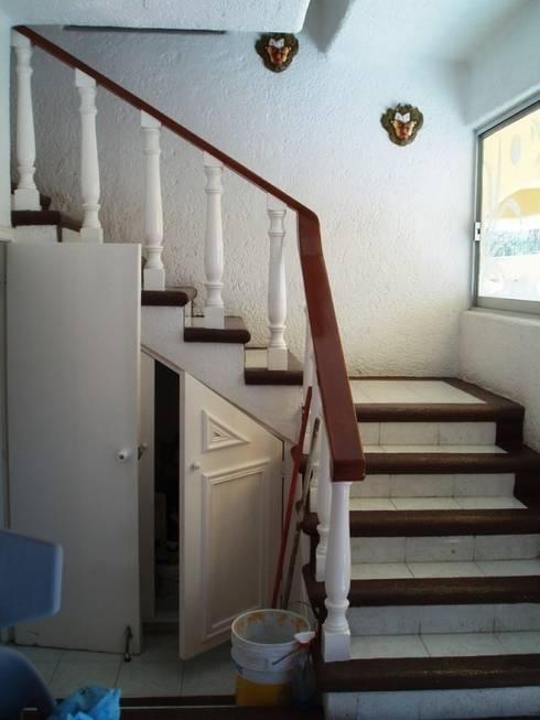 Escalera acceso a planta alta en su estado original:  de estilo  por ARQUELIGE