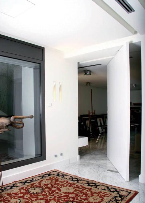 Puertas y ventanas de estilo moderno por Domporte