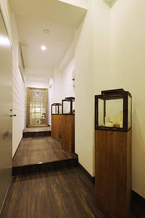 玄關、走廊與階梯 by 有限会社タクト設計事務所